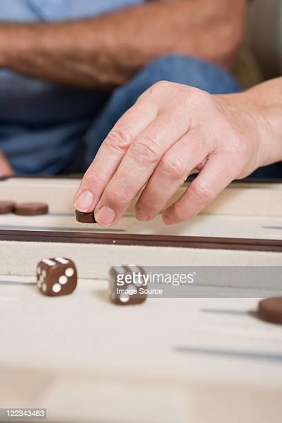 Menschen spielen backgammon