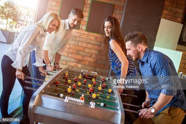 Personnes jouant au ping-pong