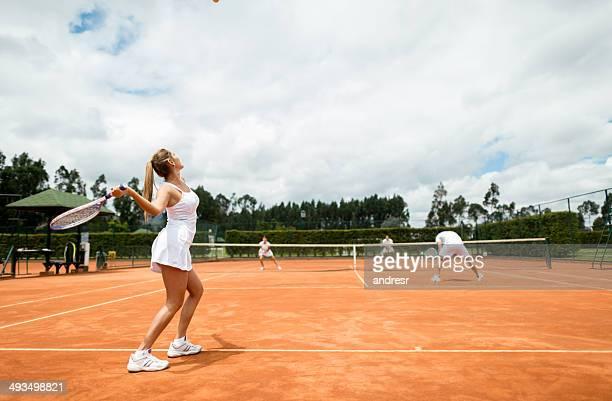 Personnes jouant au tennis