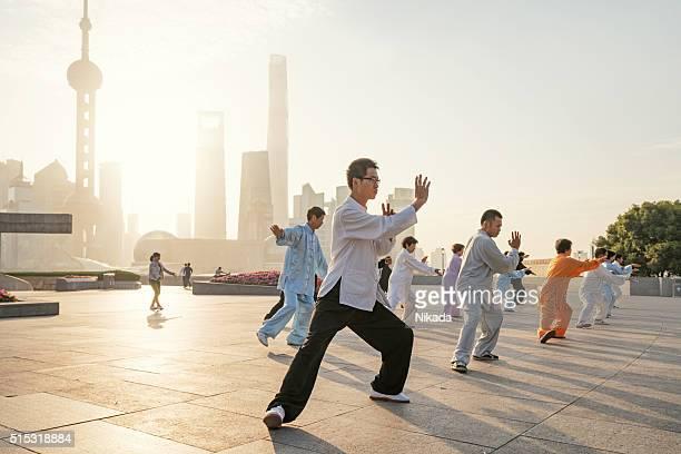 Persone pratica tai chi in zona del Bund di Shanghai