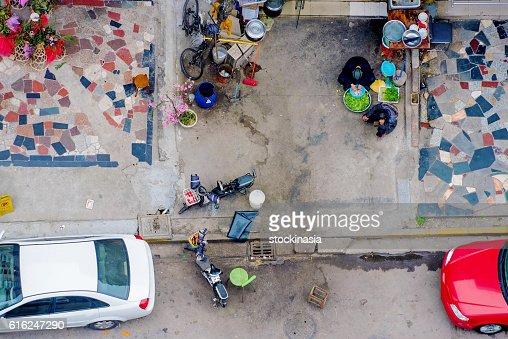 People preparing vegetables from above : Foto de stock