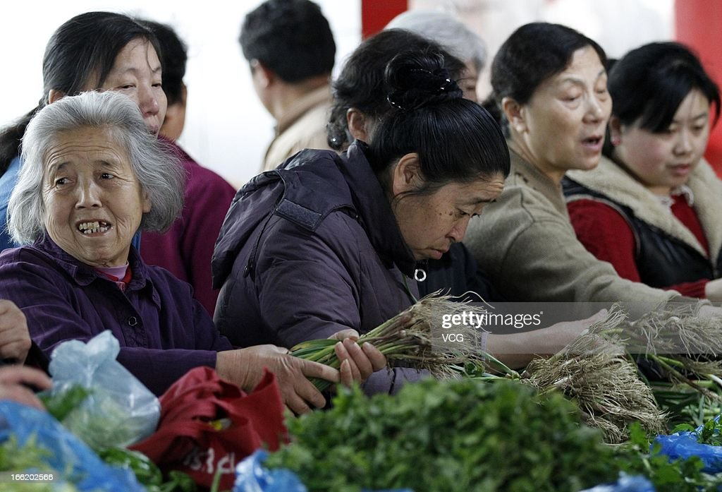 People purchase vegetables at a market on April 9, 2013 in Nanjing, China. China's consumer price index (CPI), the main gauge of inflation, rose 2.1 percent year-on-year in March.
