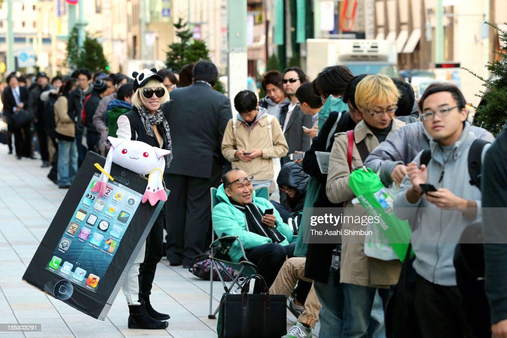 People queue for purchasing Apple's iPad Mini in front of Apple Store Ginza on November 2, 2012 in Tokyo, Japan.