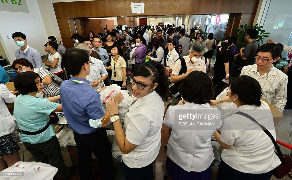 The queue for N95 masks at a hospital in 2013 / Image Credit: Getty Images