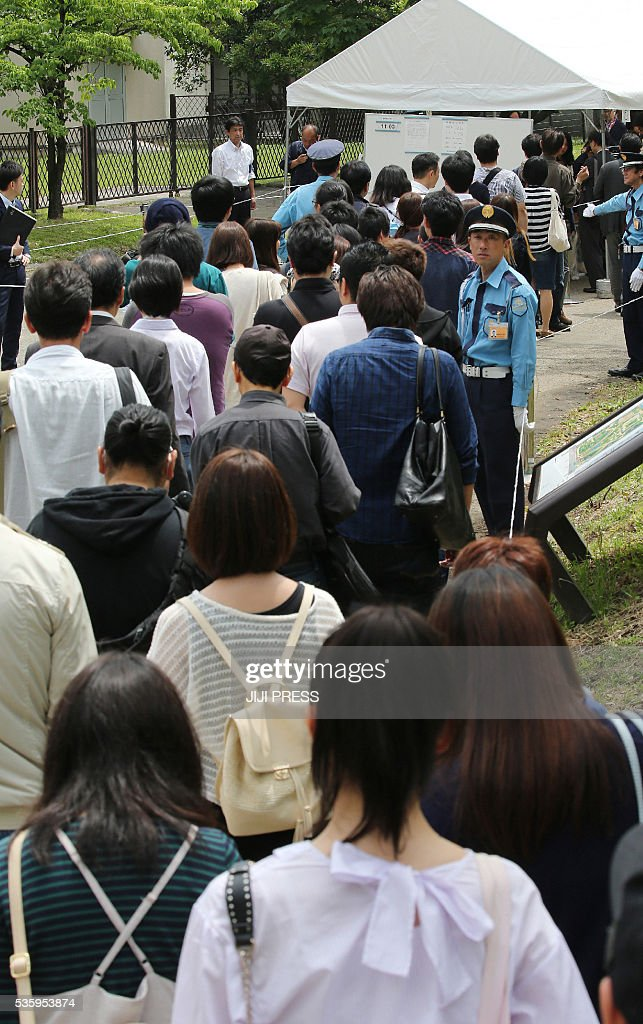 People queue to recieve hearing attendance tickets for the court trial of former Japanese baseball star Kazuhiro Kiyohara in Tokyo on May 31, 2016. Kiyohara, on May 31, was found guilty but avoided going to jail with probation for drug charges in a humiliating fall from grace for the one-time sporting idol. / AFP / JIJI PRESS / JIJI PRESS / Japan OUT
