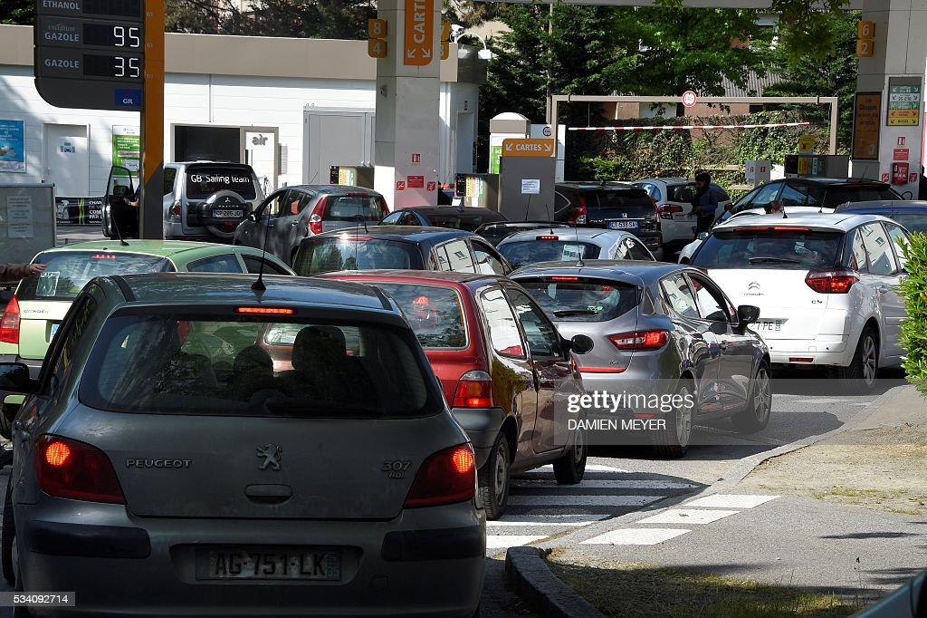 People queue to refuel at a gas station in Rennes, western France, on May 25, 2016, as widespread blockades of oil depots - as part of strikes over labour reforms - could led to an oil shortage. With a fifth of petrol stations in France running low, police moved in to break a blockade at the depot of Douchy-les-Mines near the Belgian border that had been in place since Thursday. / AFP / DAMIEN