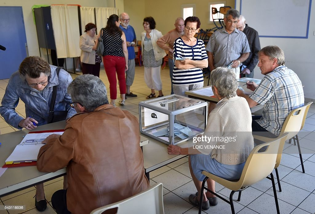 People queue to vote, on June 26, 2016, in Notre-Dame-des-Landes during a local referendum organized in Loire Atlantique about the transfer of the Nantes Atlantique airport to Notre-Dame-des-Landes. About one million inhabitants of Loire-Atlantique vote on Sunday on the future of a 50-year-old controversial airport project. / AFP / LOIC