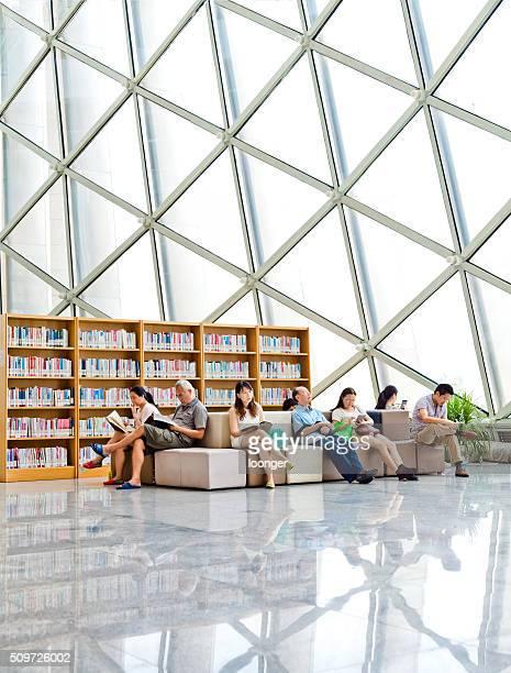 Menschen lesen Bücher in bunten Halle der Shenzhen Bibliothek