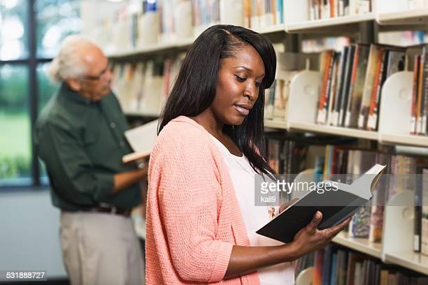 Menschen lesen in der Bibliothek