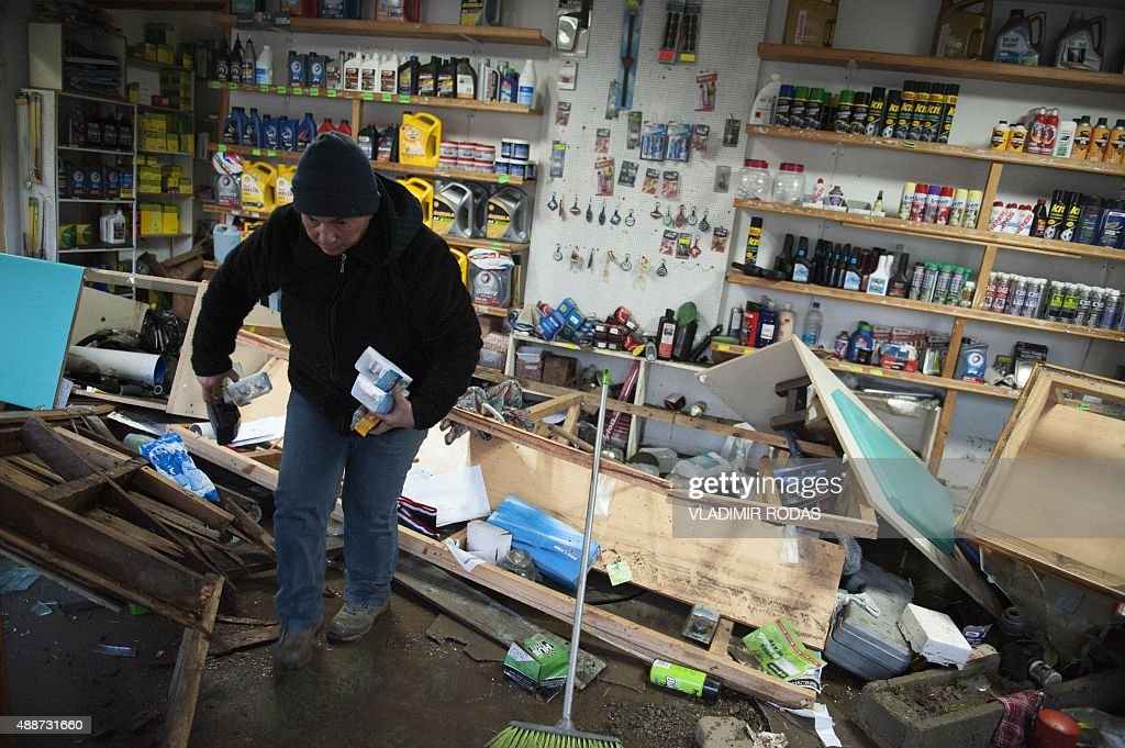 People recover their belongings in Concon Chile some 110 kilometers northwest of Santiago on September 17 2015 after a massive earthquake hit the...