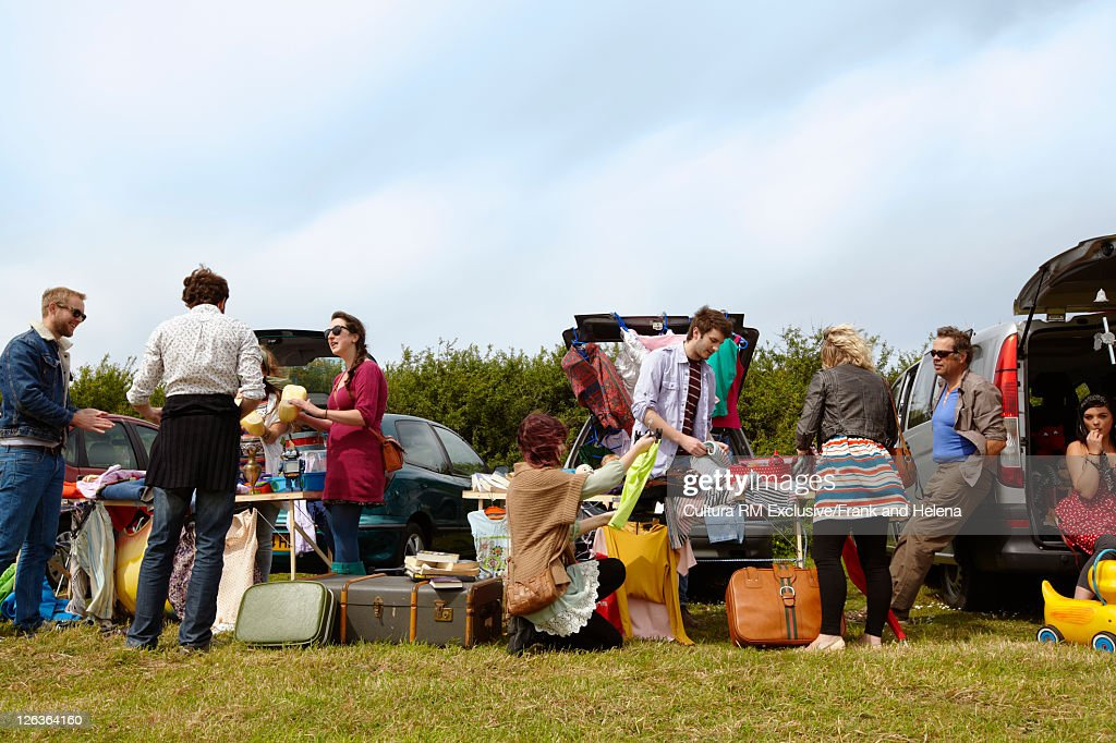 People selling things from car trunks : Stock Photo