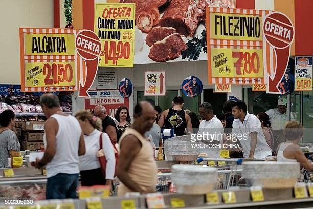 People shop for groceries at a supermarket in Rio de Janeiro Brazil on December 21 2015 AFP PHOTO / YASUYOSHI CHIBA / AFP / YASUYOSHI CHIBA