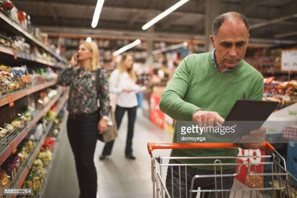 Menschen beim Einkaufen im Supermarkt