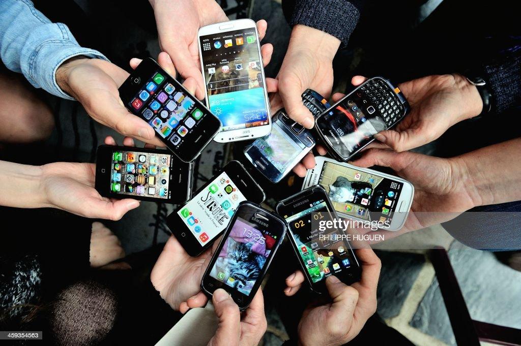 People show their smartphones on December 25, 2013 in Dinan, northwestern France.