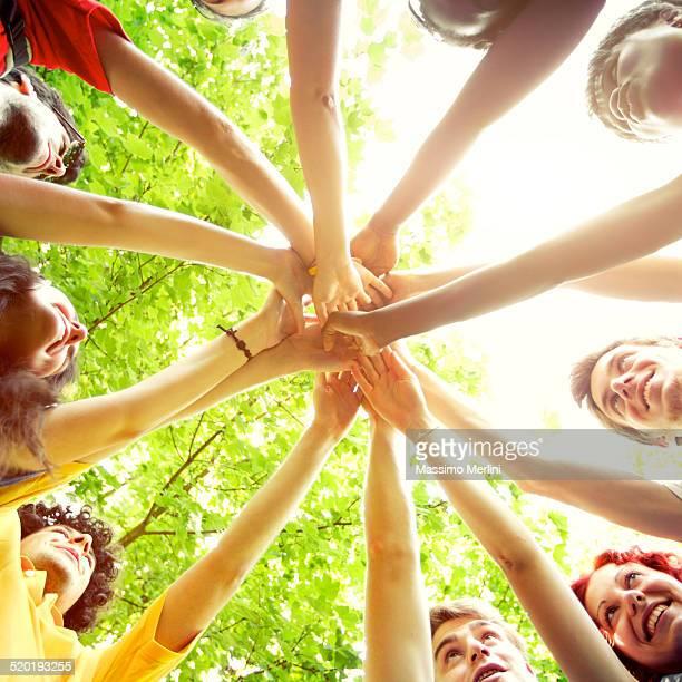 Personnes montrant l'unité