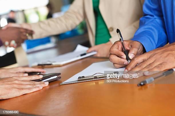 Menschen der Anmeldung oder Registrierung bei der Rezeption, Nahaufnahme