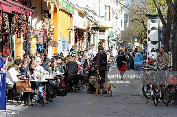 Menschen sitzen in Straßencafés-Kreuzberg in Berlin.
