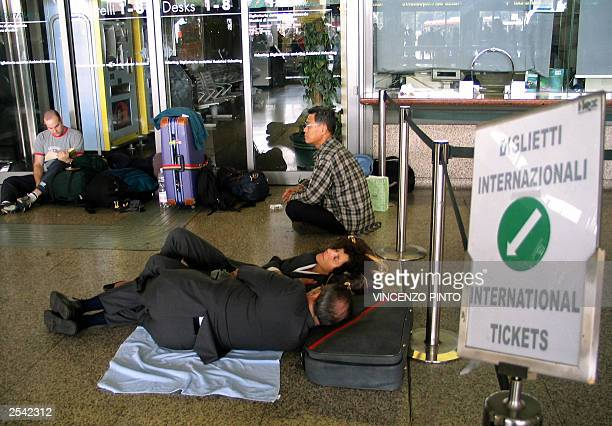 People sleep in the main hall of Rome's Termini train station 28 September 2003 Italy was plunged into darkness early Sunday after a mammoth power...