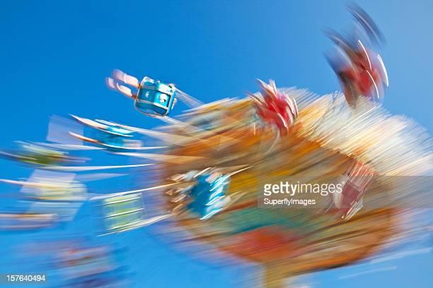 Menschen Spinning am Karneval Swing Ride. Motion-verwischen.