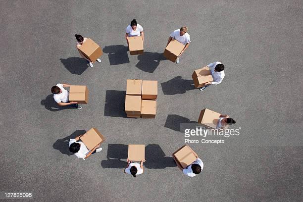 Personnes permettent de boîtes en carton