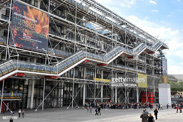 People stand in line in front of the Pompidou Centre modern art museum on June 7 2009 in Paris during a private visit of US President Barack Obama...