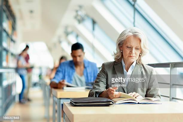 Menschen studieren in der Bibliothek