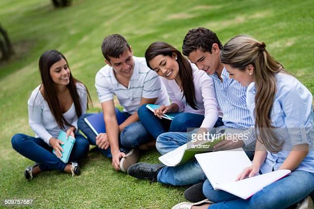 勉強する人々の集まり