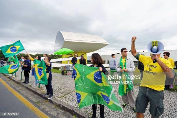 People supporting 'Lava jato' demonstrate in front of Oscar Niemeyer Museum in Curitiba southern Brazil where former Brazilian president Luiz Inacio...