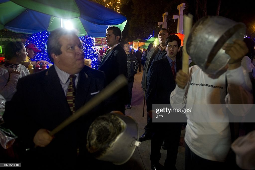 People take part in a 'cacerolazo' (a form of civilian protest where pots are used to make noise) against the government of Colombian President Juan Manuel Santosc in Bogota on December 5, 2012. AFP PHOTO/Eitan Abramovich