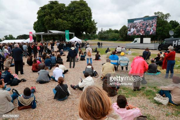 People take part in a rally for the launch of a movement led by French Socialist member Benoit Hamon in Reuilly on July 1 2017 / AFP PHOTO / JACQUES...