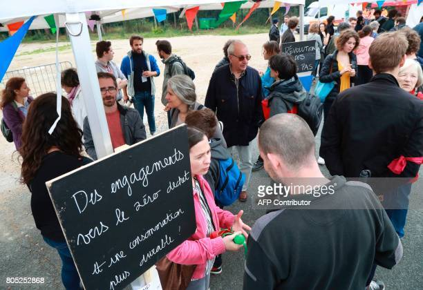 People talk during a rally for the launch of a movement led by French Socialist member Benoit Hamon in Reuilly on July 1 2017 / AFP PHOTO / JACQUES...