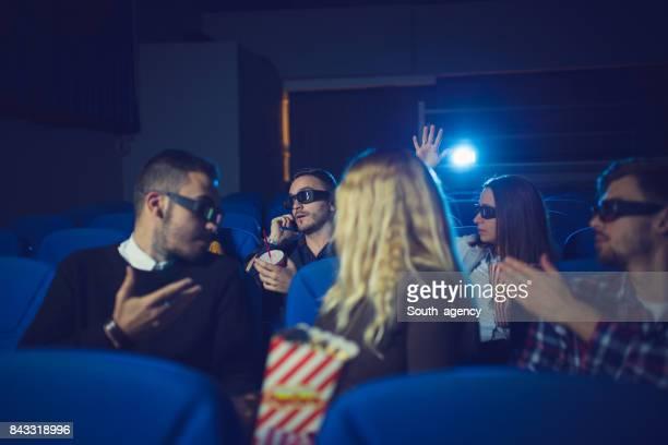 Mensen praten in bioscoop