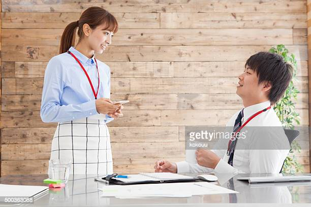 Personnes à la conversation sur le lieu de travail