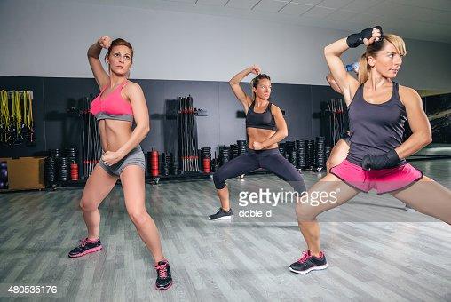 Persone allenamento boxe in un centro fitness : Foto stock