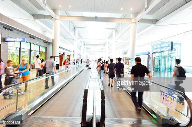 Persone di trasporto all'aeroporto internazionale di Incheon, Corea del Sud