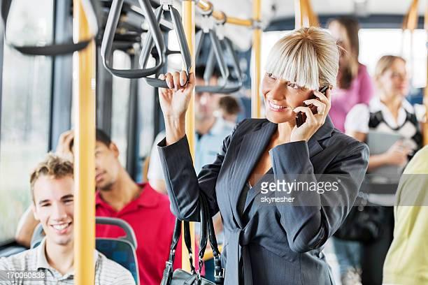Les personnes voyageant en bus.