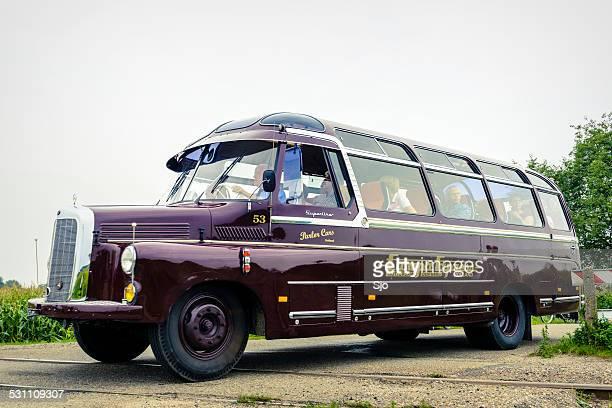 Les personnes voyageant en bus vintage