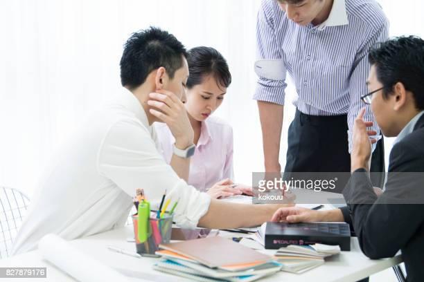人々 は、会議で彼らのスマート フォンを使用します。