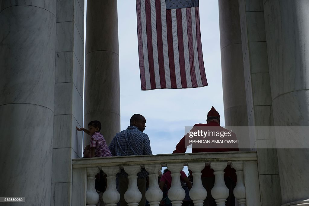 People wait after hearing US President Barack Obama speak during an event to honor Memorial Day at Arlington National Cemetery May 30, 2016 in Arlington, Virginia. / AFP / Brendan Smialowski
