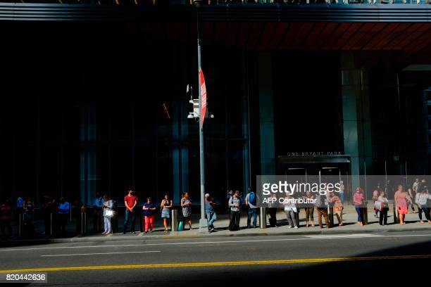 People wait for their transportation during a sunny day as hot temperatures continue in New York on July 21 2017 / AFP PHOTO / EDUARDO MUNOZ ALVAREZ