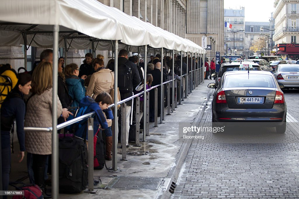 People wait in line for taxis outside the Paris Nord train station in Paris, France, on Tuesday, Nov. 20, 2012. France's government bonds fell, with 10-year yields rising the most in a month, after Moody's Investors Service lowered the nation's top credit rating, citing a worsening economic growth outlook. Photographer: Balint Porneczi/Bloomberg via Getty Images