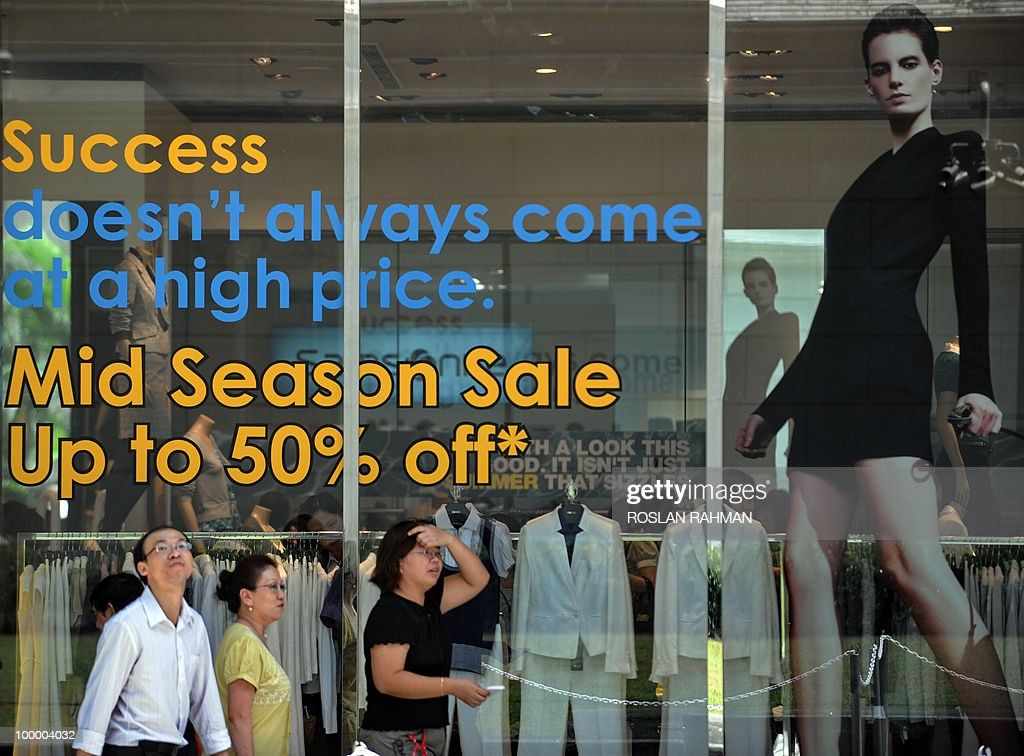 People walk past retail shop offering discounts at a mall in Singapore on May 20, 2010. Singapore's economy grew by a better-than-expected 15.5 percent year on year in the first quarter, spurred mainly by strong global demand for electronics, official data showed.