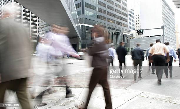 Cidadãos caminhar através de uma intersecção de ocupado