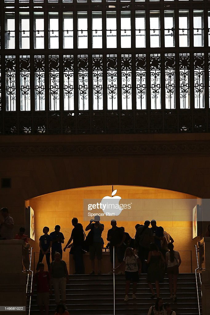 People walk through the Apple store in Grand Central Terminal on July 31, 2012 in New York City. According to a new audit by New York State Comptroller Thomas DiNapoli, New York's Metropolitan Transportation Authority provided Apple Inc with an inside advantage securing a lease for the technology company's store in the coveted Grand Central Terminal.