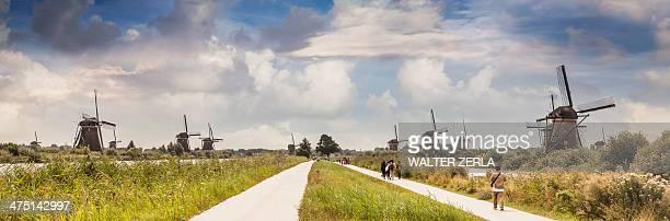 People walking along footpath, Kinderdijk, Olanda, Amsterdam