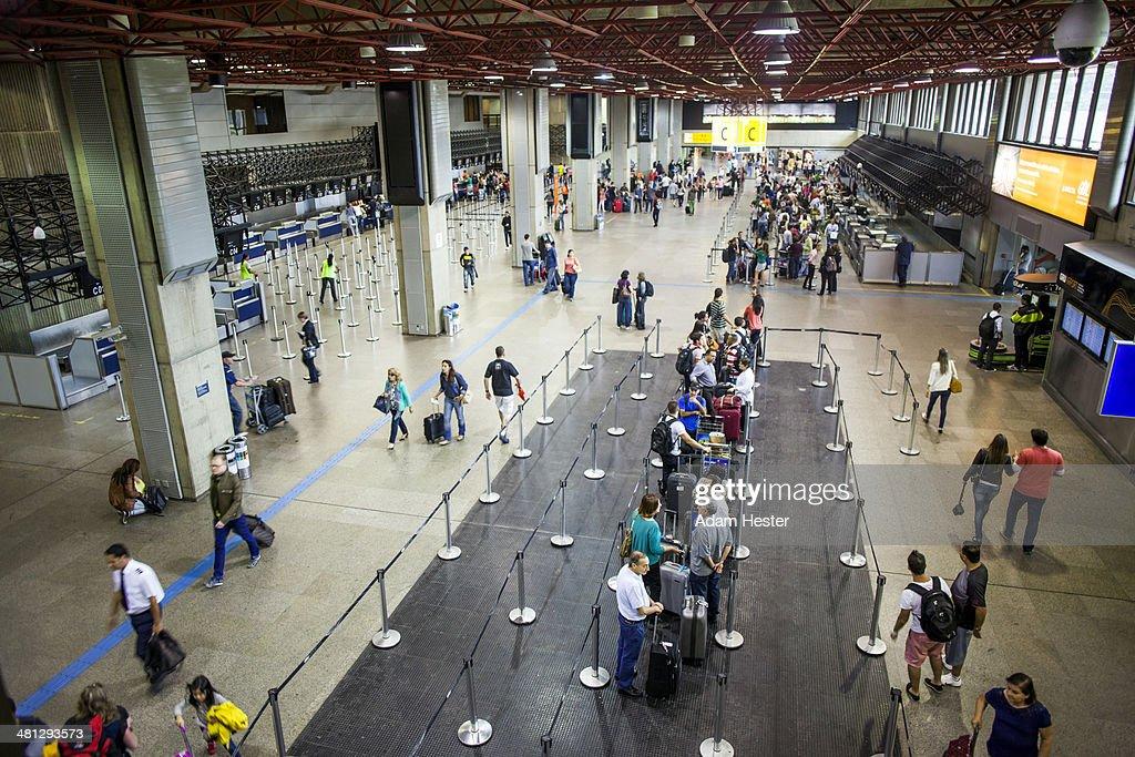 People walking and traveling in GRU airport.