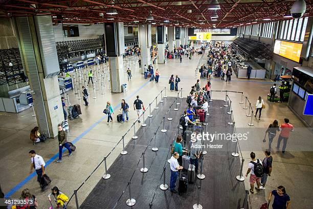 People walking and traveling in GRU airport.