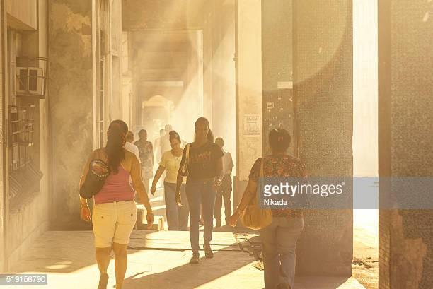 Personnes marchant dans les rues de la Havane, Cuba