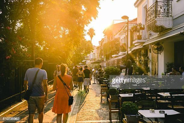 Personnes marchant dans les rues de la ville d'Athènes en Grèce