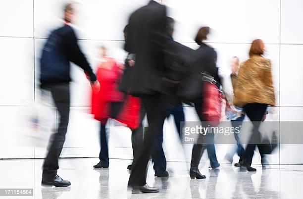 Menschen zu Fuß in weiß gehaltene tragen Einkaufstüten, Bewegungsunschärfe